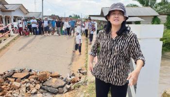Santuni Keluarga Korban Jembatan Ambruk, Rina Tarol Ajak Masyarakat Berdoa Supaya Korban Segera Ditemukan