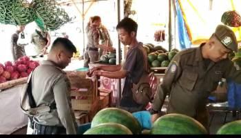 Satpol PP Pangkal Pinang Tertibkan Pedagang Buah di Kawasan Pasar Pagi