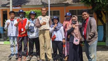 Selain Kelola Kawasan Pantai, KKN UBB Desai Air Anyir Tanam Bibit di Lingkungan Sekolah