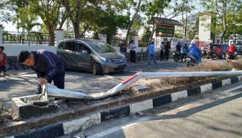 Selip, Honda Freed Tabrak Tiang Lampu Jalan