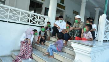 Sembari Menunggu Beduk Azan Maghrib, Gubernur dan Istri Duduk Bersama Anak-Anak di Teras Masjid Jamik Muntok