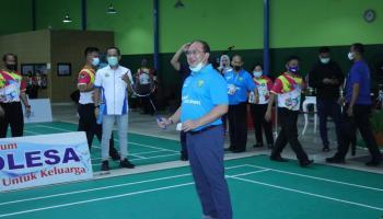 Service Pertama Gubernur Erzaldi, Tanda Mulai Pertandingan Bulu Tangkis Piala Gubernur