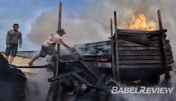 Si Jago Merah Melahap Gudang Kusen, Tiga Mobil Damkar Berjibaku Taklukan Kobaran Api