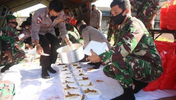 Sinergitas TNI - Polri Bagikan 1000 Porsi Makanan kepada Warga Terdampak Covid-19