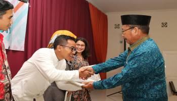 STISIPOL Pahlawan 12 Beri Anugerah Dosen Favorit 2019, Bambang Terima Dua Anugerah