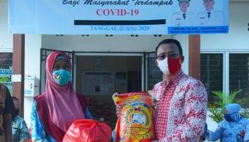 Syahbudin Serahkan Bantuan Sembako Tahap II Ke Warga Belinyu Dampak Covid-19