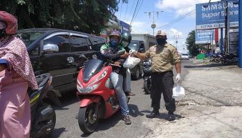 Tagana Gereja Bethel Indonesia Bagi-bagi Nasi Kotak kepada Warga Terdampak Covid-19