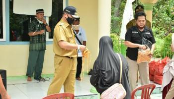 Tak Hanya Bagikan Sembako, Gubernur Erzaldi Beri Edukasi Covid-19 ke Masyarakat Tanjung Pura