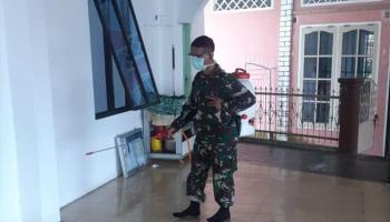 Tak Kenal Lelah, Anggota Korem 045/Gaya Terus Melakukan Penyemprotan Disinfektan