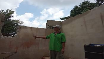 Tamrozi Kaget Mendapati Rumahnya Rusak Tertimpa Pohon Kelapa