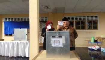 Tarmizi Didampingi Istri Gunakan Hak Pilih di TPS 06 Bukit Betung