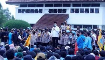Temui Massa Mahasiswa, Gubernur Erzaldi Tampung Aspirasi Penolakan UU Ciptaker