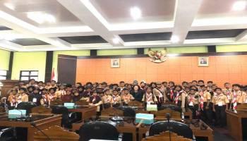 Terima Kunjungan Anak-Anak Pramuka Ke Kantor DPRD, Mehoa Berikan Pengetahuan Kepemerintahan Sejak Dini