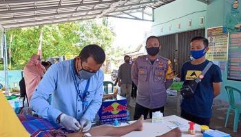 Tetap Patuhi Protokol Kesehatan, Bhabinkamtibmas Polsek Jebus Gelar Sunatan Massal di Desa Sekar Biru