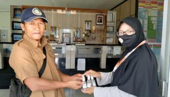 Tim KKN UBB Desa Penyak Bagikan Handsanitizer dan Masker Untuk Masyarakat