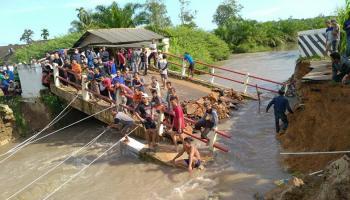 Tim SAR Gabungan Cari Korban Jembatan Putus di Desa Delas