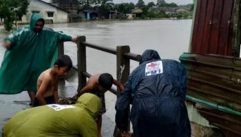 Tinggi Air Hingga Pinggang Orang Dewasa, Tim PMI Babel Pantau Sejumlah Titik Banjir di Pangkalpinang