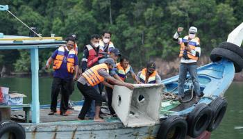 Tingkatkan Hasil Tangkap Nelayan, PT Timah Tbk Bersama Nelayan Tempilang Tenggelamkan Rumpon