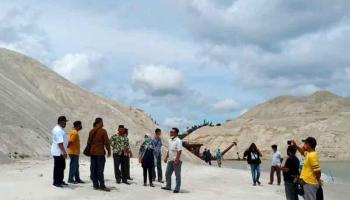 Tinjau Muara Air Kantung, Ketua DPRD Bangka Sesalkan Adanya Tumpukan Pasir Penyebab Pendangkalan