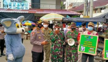 Unik dan Kreatif, Polisi dan TNI di Bangka Pakai Kostum Badut Sosialisasi Prokes Covid-19