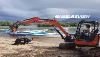 VIDEO Polisi Gunakan Eskavator Bongkar TI Ilegal Bandel di Sungai Perimping