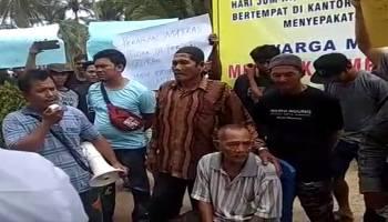 Video Ratusan Warga Matras melakukan aksi unjuk rasa