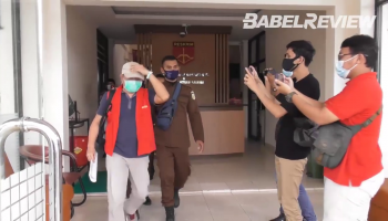 VIDEO Tersangka Perusak Hutan Lindung Lubuk Besar Tiba di Bandara