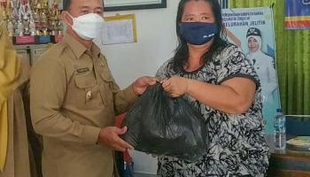 Wabup Bangka Serahkan Bantuan kepada Warga di Tiga Kelurahan