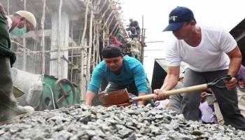 Wabup Ikut Serta Bersama Warga Renovasi Masjid Al Husna Desa Balun Ijuk