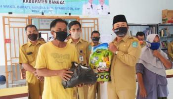 Wakil Bupati Bangka Salurkan Bantuan Sosial Tahap Ketiga di Kecamatan Mendo Barat