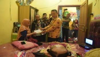 Wakil Bupati Bangka Serahkan Bantuan Program Serbu kepada Penderita Hidrosefalus