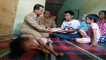 Wakil Bupati Bangka Serahkan Bantuan Semari kepada 4 Pasien Dalam Satu Hari