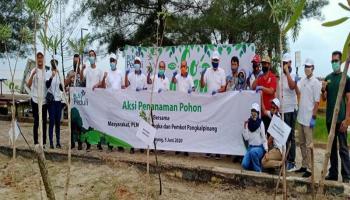 Wali Kota Pangkalpinang dan PLN UP3 Bangka Melakukan Penghijauan di Pantai Pasir Padi