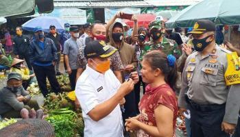 Wali Kota Pangkalpinang Pakaikan Masker Langsung ke Pedagang yang Membandel