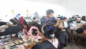 Wardah Gelar Beauty Class Bertema Barbie Glowing