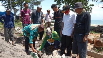 Warga Temberan Gotong Royong Bangun Musholah di Pantai Pukan II, Ditunggu Bantuannya!