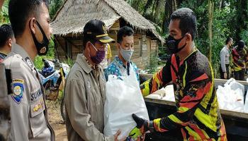 Warga Terkejut Kedatangan Kapolres Bangka Barat dengan Rombongan Bagikan Sembako