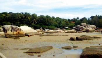 Wisatawan Mulai Serbu Pantai Batu Kapur