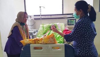 Yuk Rina Besuk Mantan Kades Bedengung Yang Sedang Sakit