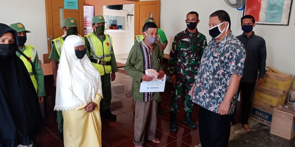 Tentara dan Polisi Kawal Pembagian BLT DD Jelutung II