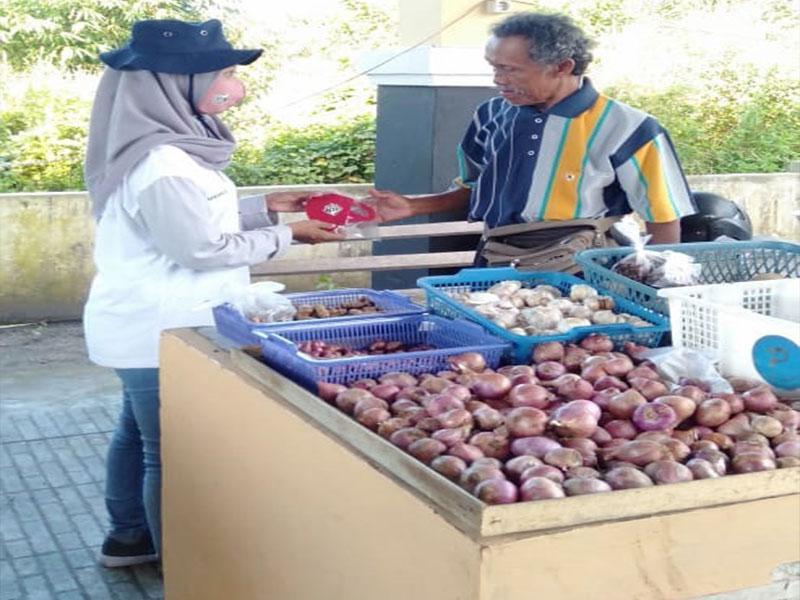 Tim KKN UBB Desa Bencah Bagi-Bagi Masker dan Cek Kesehatan Pedagang di Pasar Pagi