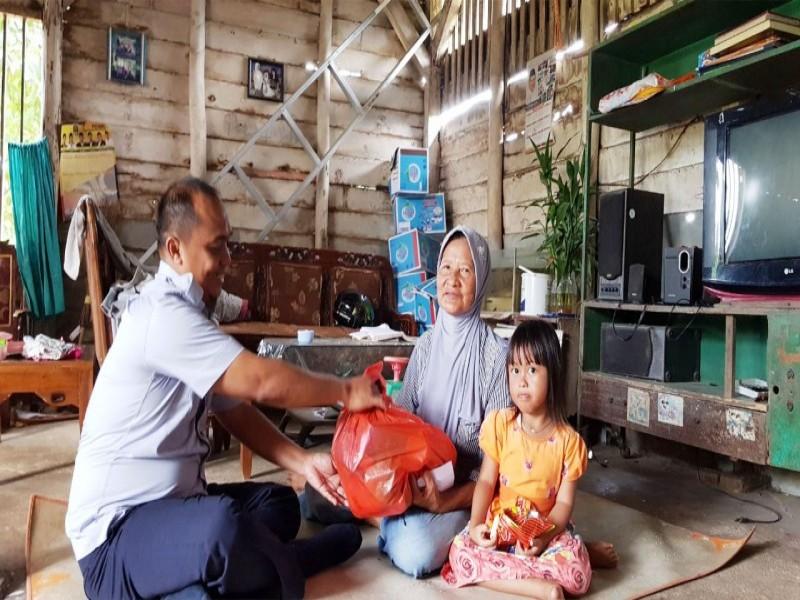 Ulang Tahun ke-19, IKT Bagi- Bagi Paket Sembako ke Rumah Warga