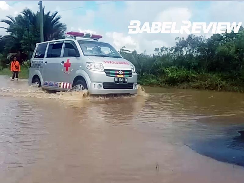 VIDEO Banjir di Jebus Bikin Warga Hati-hati Melintasi Jalan