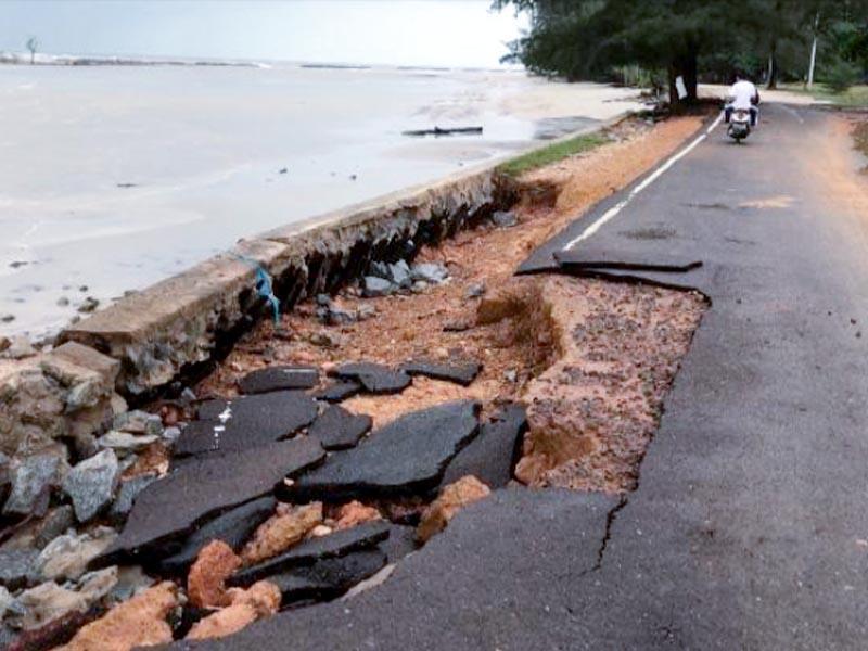 VIDEO: Jalan di Pantai Pasir Padi Rusak Parah Diterjang Gelombang
