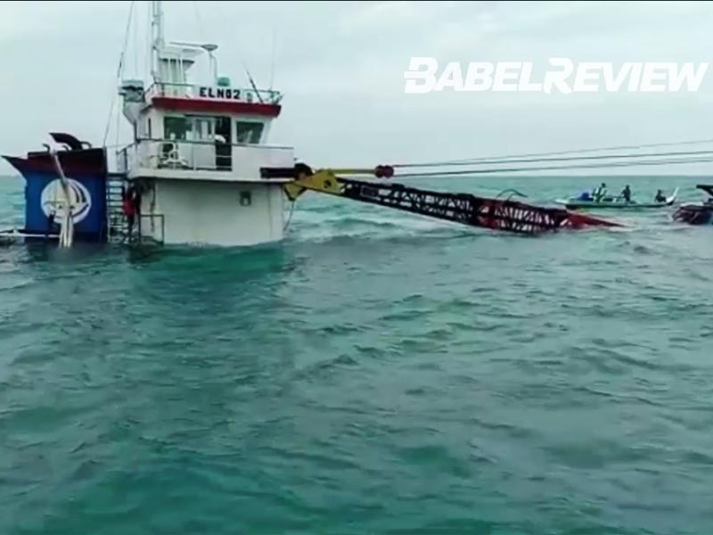 VIDEO Kapal Kargo Muatan Material Bangunan Tenggelam Di Perairan Belitung