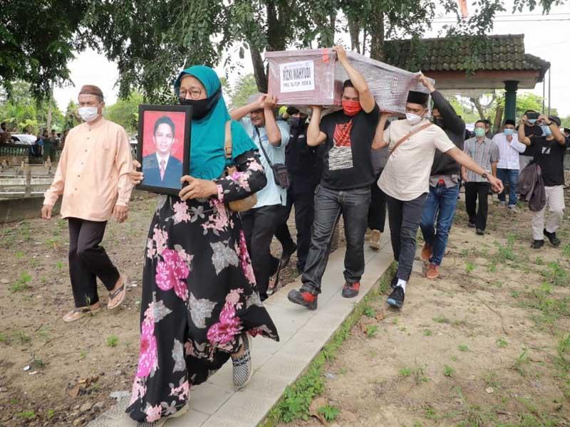 VIDEO Prosesi Pemakaman Jenazah Rizki Wahyudi & Rosi Wahyuni Korban Sriwijaya Air SJ-182