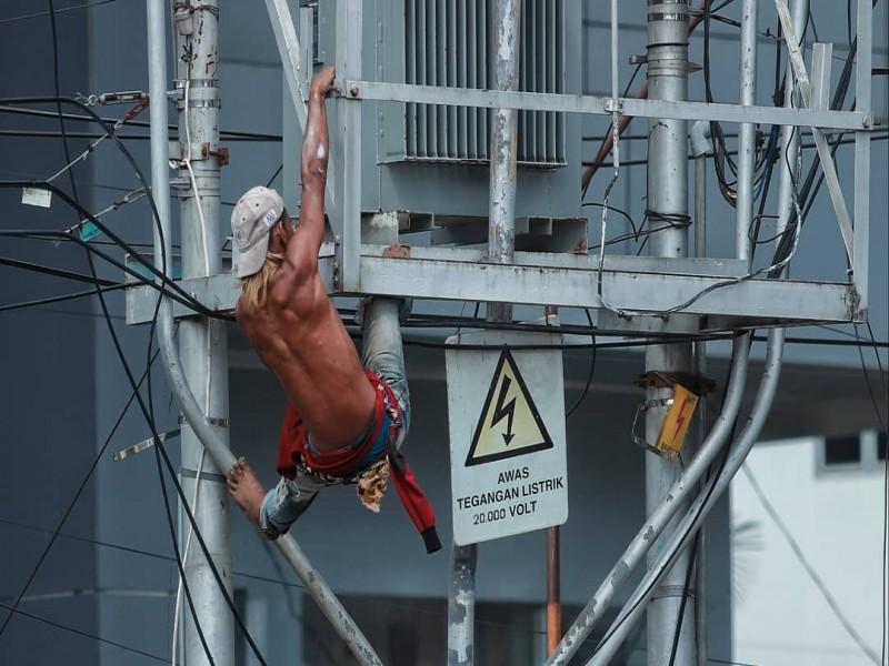 Viral, Aksi Pria Ini Panjat Gardu PLN Berkekuatan 20.000 Volt, Berikut Foto-fotonya