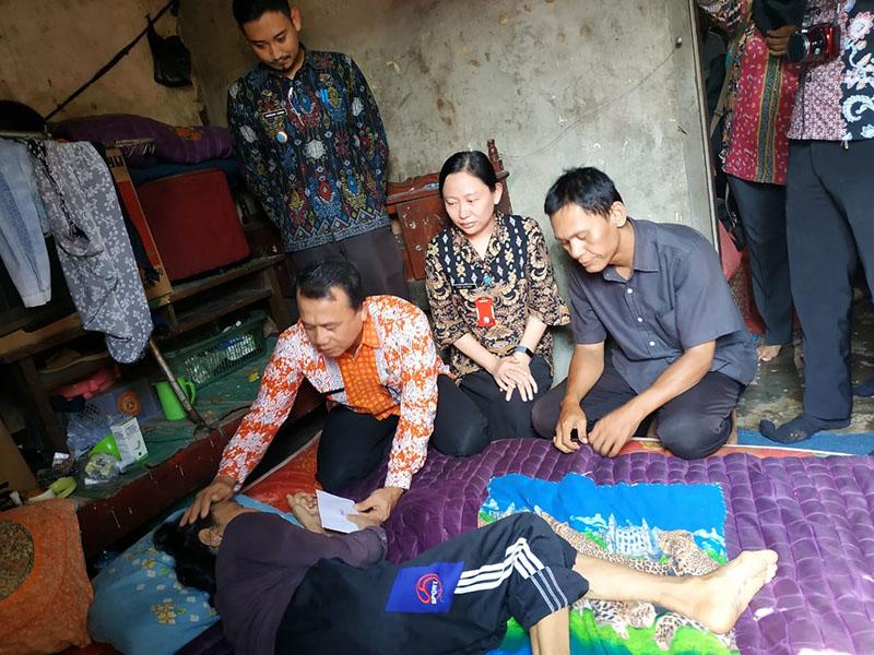 Wabup Bangka Kembali Salurkan Bantuan Semari ke Penderita Lumpuh