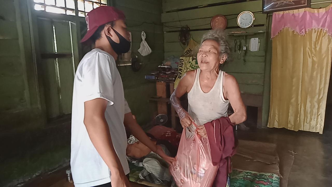 Wajah Para Lansia Itu Berbinar, Saat Menerima Paket Sembako Dari Rumah Pelangi