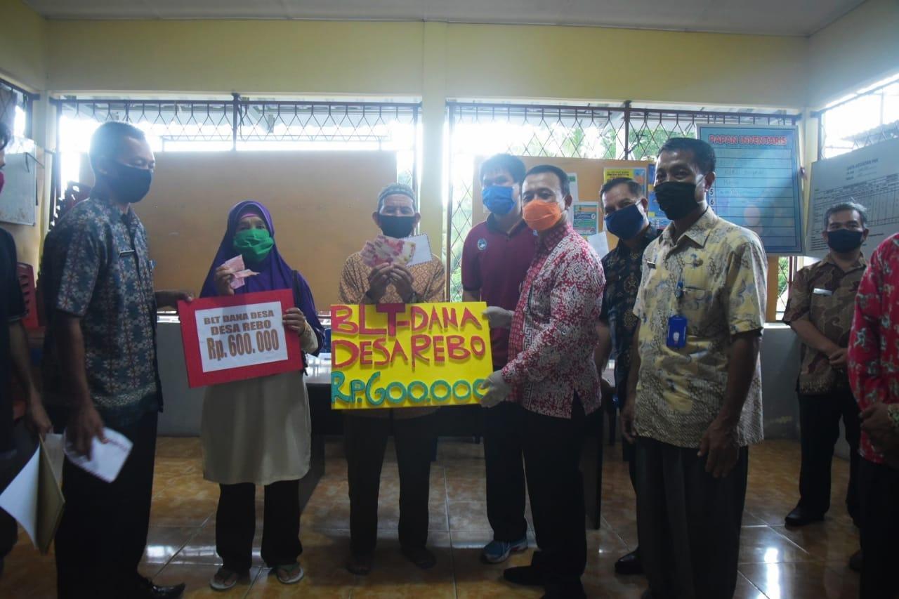 Wakil Bupati Bangka Serahkan Langsung BLT-DD di 3 Desa, 3 Kecamatan